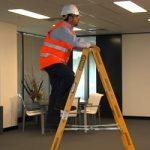 Dirbdami aukštyje susižaloja ne tik statybviečių darbuotojai